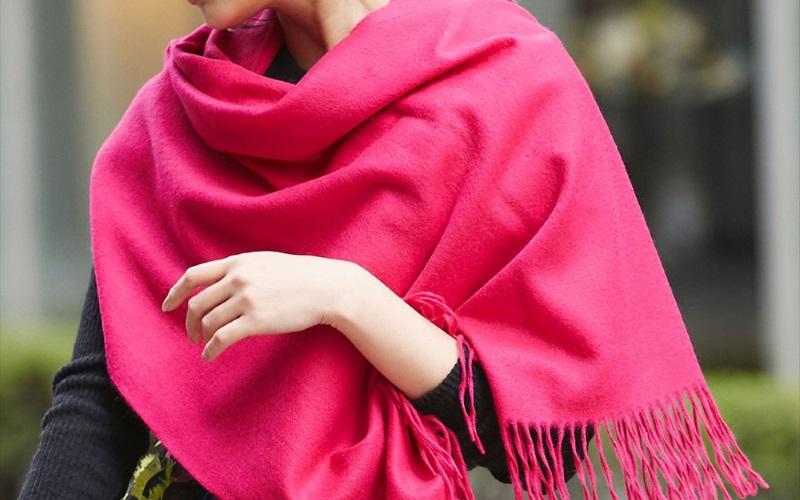40代大人の女性の着こなしにきれい色でパッと華やぐ新鮮さを取り入れて